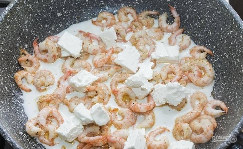 7.Фету нарезаю кусочками и добавляю на сковороду к креветкам, прогреваю, пока сыр не расплавится.