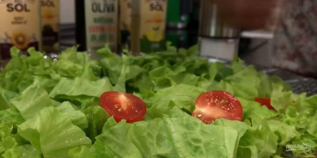5. Отправьте в разогретую до 180 градусов духовку на 20-25 минут. Для салата всю зелень промойте и нарежьте. Помидоры нарежьте половинками и выложите сверху на листья салата.