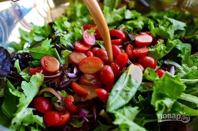 7. Смешайте помидоры, лук и мандарин с миксом листьев салата.