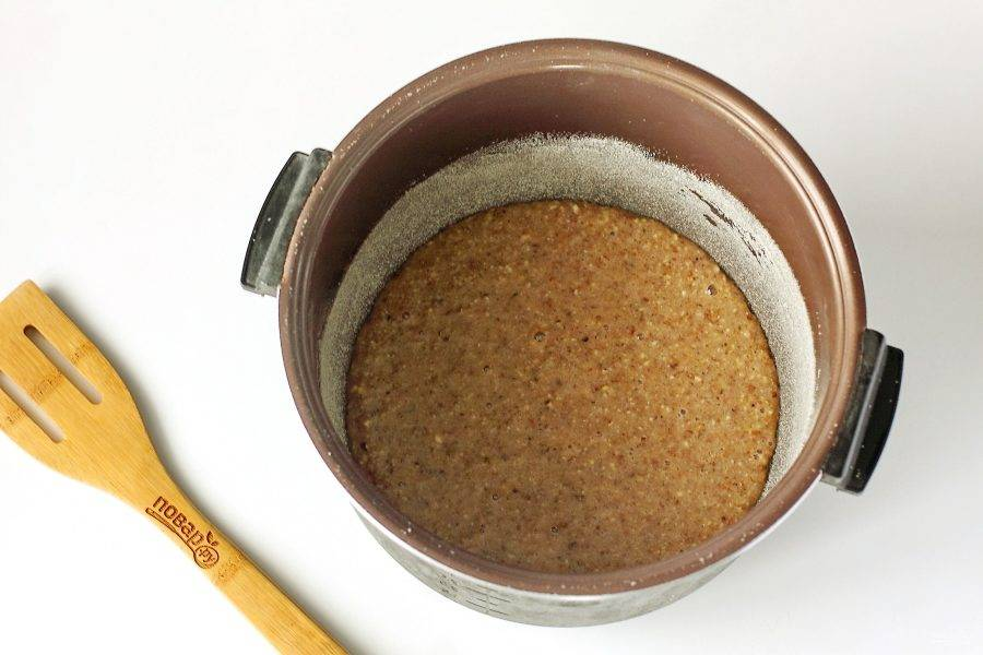 """Перелейте тесто в чашу мультиварки смазанную маслом. Дно и бока я предварительно обсыпала манкой. Готовьте на режиме """"Выпечка"""" до звукового сигнала."""