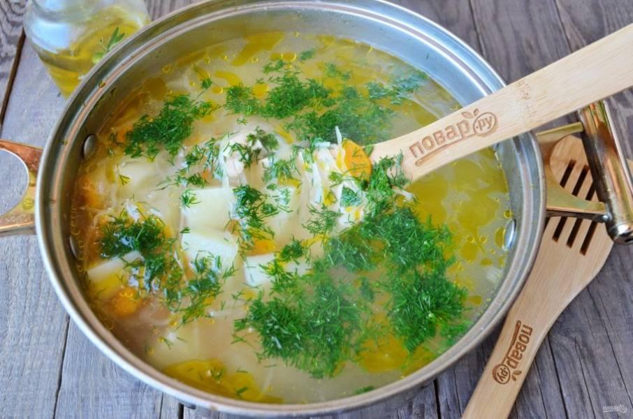 Готовый суп заправьте свежей зеленью. Приятного аппетита! При подаче положите по чайной ложечке сметаны.