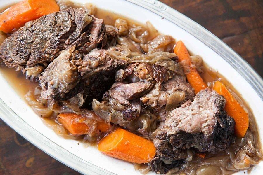 6.Готовое мясо нарежьте кусочками (не составит труда сделать это обычно вилкой) и подавайте с овощами. Приятного аппетита!