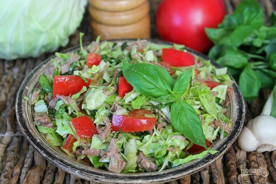 Салат из молодой капусты с говядиной готов. Приятного аппетита!