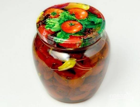 5. Накройте крышкой и уберите в холодильник.  Кстати, использовать можно не только сами томаты, но и масло, оно безумно ароматное и вкусное.