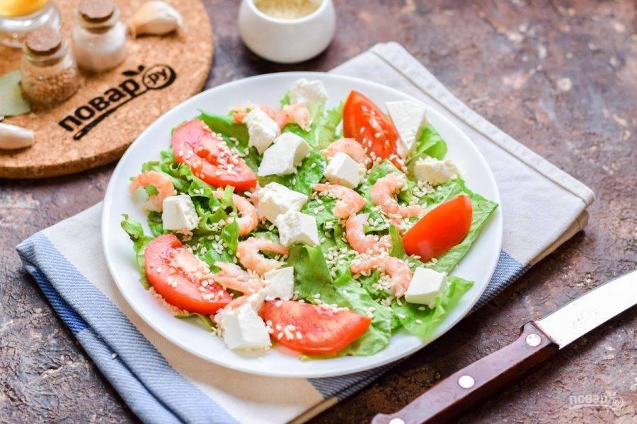 Сбрызните салат маслом, добавьте кунжут, соль и перец. Подавайте к столу.