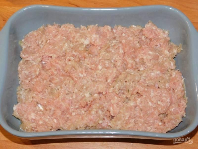 Мясо вместе с луком пропустите через мясорубку. Добавьте соль  и специи. Перемешайте и выложите фарш вторым слоем по картофелю.