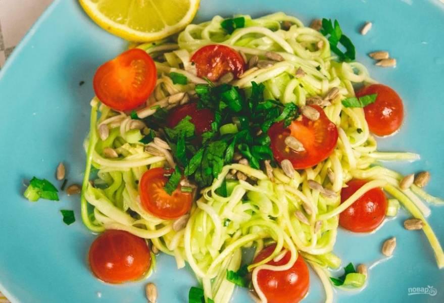 4. Подавайте салат, украсив его помидорами черри, жареными семечками или кунжутом и зеленью. Приятного аппетита!