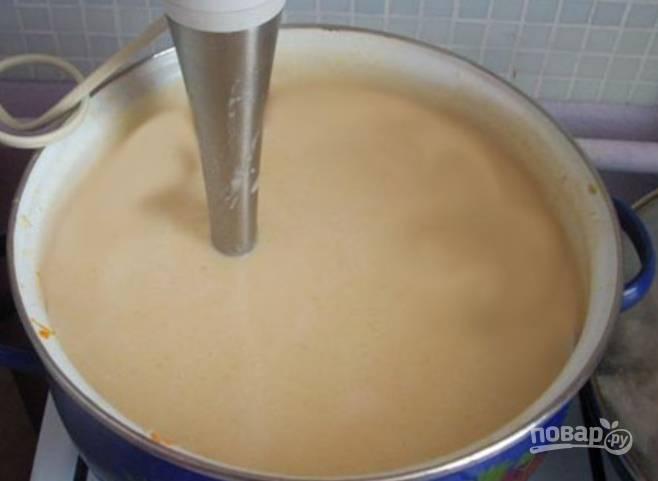 Кипятим бульон. Добавляем лук с мукой и варим до загустения. Затем кладем туда остальные ингредиенты. Пюрируем смесь в кастрюле при помощи погружного блендера.