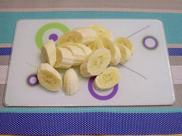 2. Очистить и нарезать банан на кусочки.