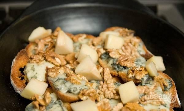 8. Дополните брускетту перед подачей грушей и наслаждайтесь результатом. Приятного аппетита!