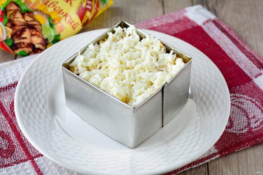 Сварите яйца вкрутую, разделите на желтки и белки. Натрите белки и выложите в салат, добавив чуть соли.