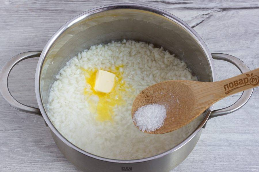Сразу же добавляем сливочное масло и соль, немного размешиваем.