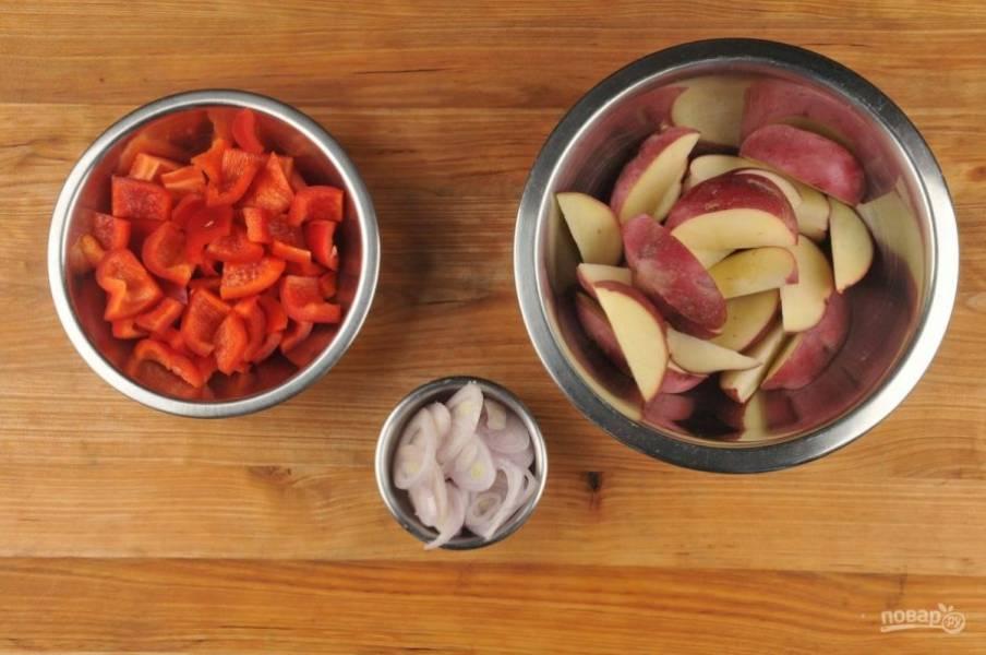 1. Подготовьте ингредиенты. Нарежьте дольками картофель, кубиками перец, а лук - тонкими кружками.