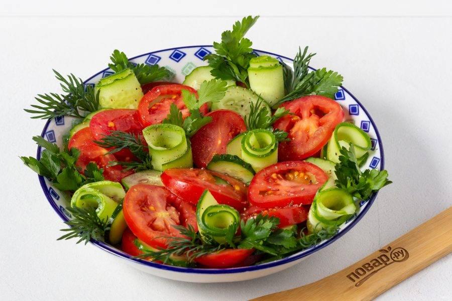 Украсьте салат свежей зеленью и подавайте к столу!