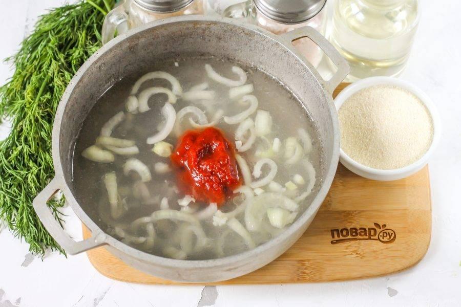 Влейте в казан теплую воду, рассол, добавьте соль, томатную пасту и растительное масло. По желанию добавьте лавровый лист. Доведите жидкость в казане до кипения.