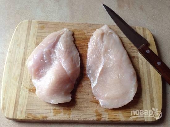 Филе куриной грудки разрежем по толщине пополам.