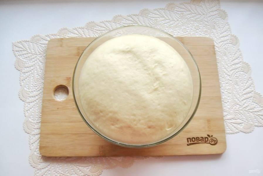 Накройте миску с тестом полотенцем или пищевой пленкой. Поставьте в теплое место. Через час-полтора оно увеличится в объеме.