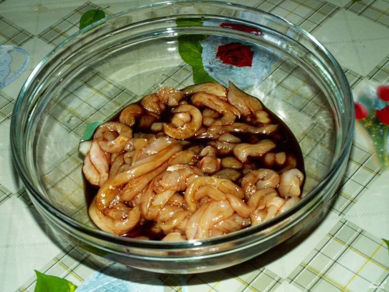 Залейте соевым соусом и оставьте в холодильнике мариноваться на полчаса. Тем временем вы отварите рис и подготовите овощи с грибами.