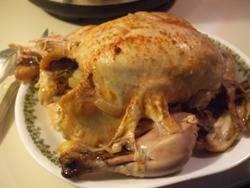 Овощи выложить на тарелку, курицу перевернуть и запекать еще 30 минут.