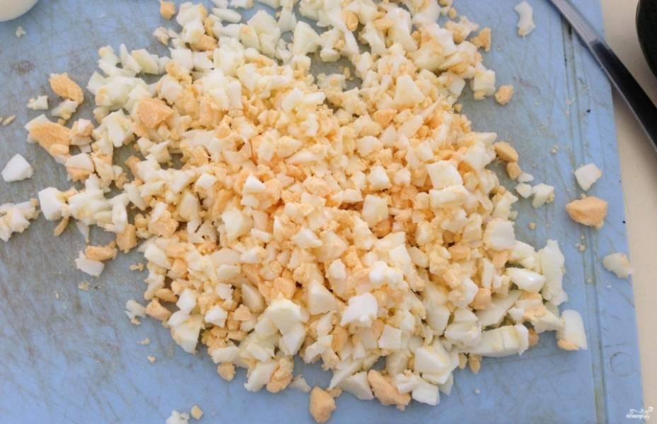 1.Заранее подготовьте все необходимые ингредиенты. Яйца отвариваем вкрутую и нарезаем мелким кубиком.
