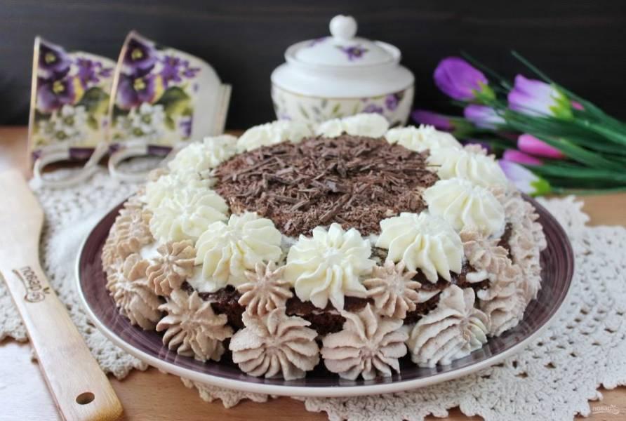 Шоколадный торт со взбитыми сливками готов. Дайте ему пропитаться 3-4 часа.