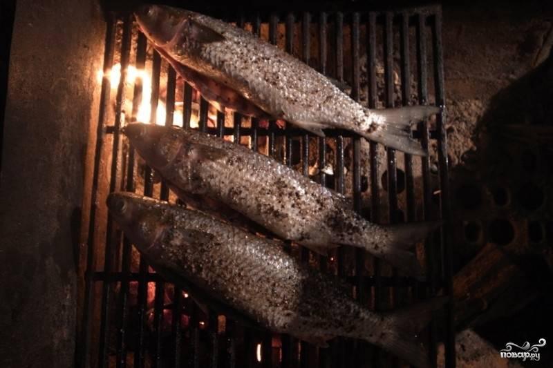Жарьте с двух сторон на небольшом огне до румяного цвета, может начать слезать кожа, но это не страшно. Главное, чтобы рыба была готова.