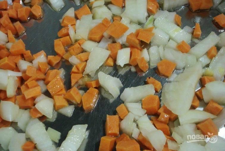 Опускаем картофель и зеленый горошек в кастрюлю к гороху. Солим, продолжаем варить до готовности картофеля. Тем временем обжариваем лук и морковь до золотистости.