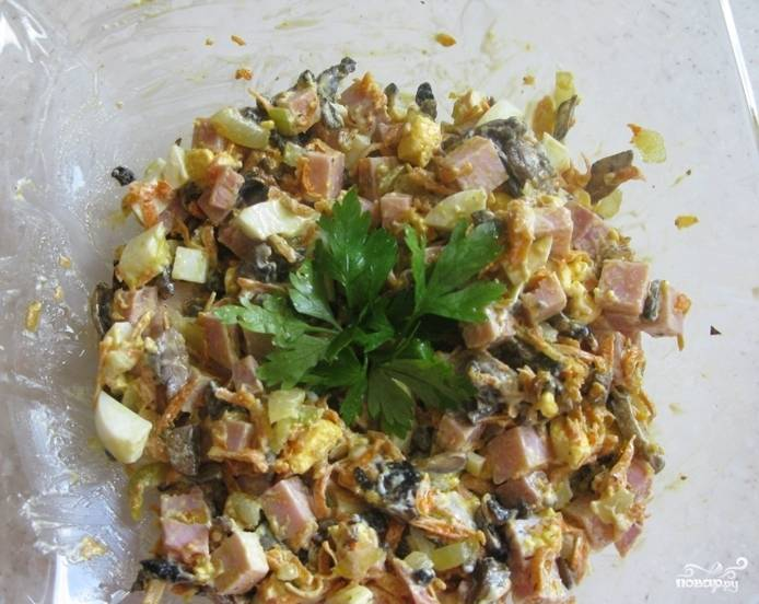 Салат готов! Украсьте зеленью и подавайте холодным. Приятного аппетита!