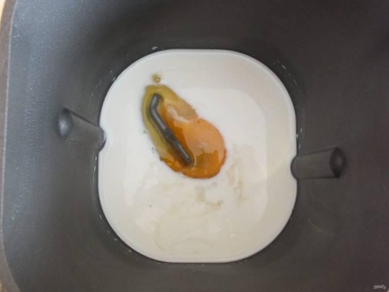 Приступите к замешиванию теста.  Очень удобно замешивать в хлебопечке. В ведерко положите продукты согласно инструкции. В данном случае, сначала идут жидкие ингредиенты: молоко, яйцо, дрожжевая масса.