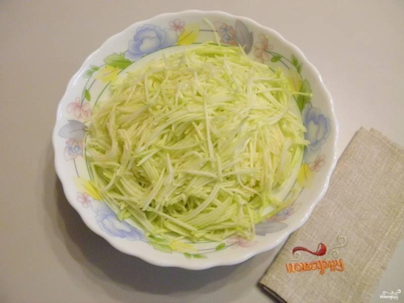 2. У кабачков срежьте попки, нашинкуйте овощ тонкими длинными соломками. Я использую терку для приготовления овощей по-корейски. Влагу отжимать не нужно!