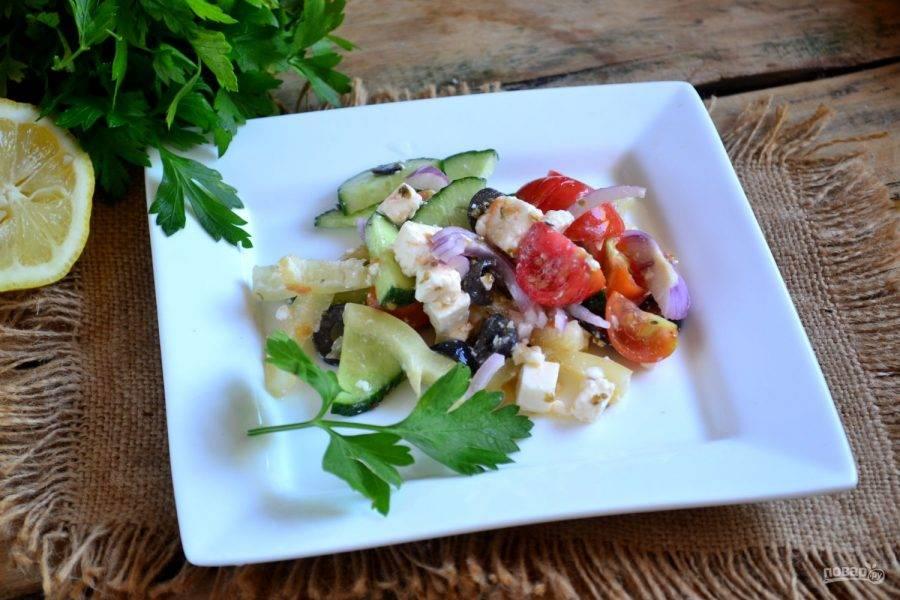 10. Залейте готовым соусом салат и перемешайте. Греческий салат классический готов. Подавайте с запеченным мясом и другими горячими блюдами. Приятного аппетита!