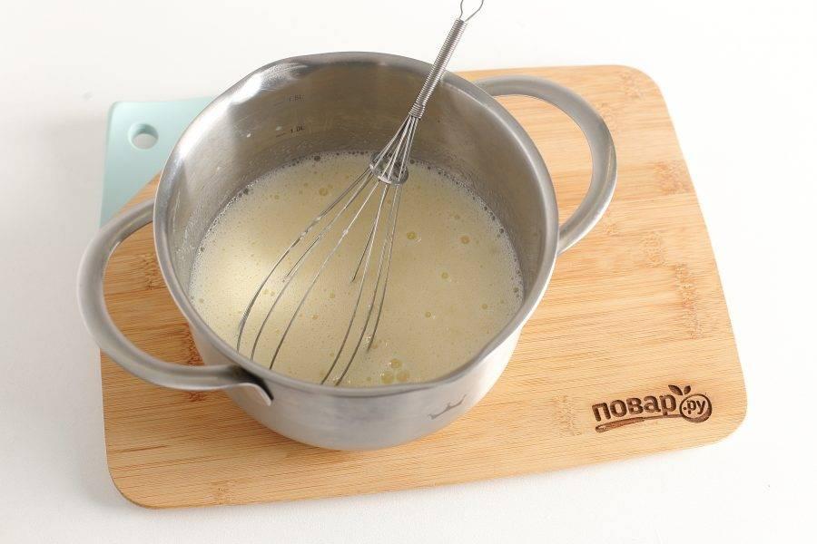 Добавьте кислое молоко (можно заменить на любой нежирный кефир) и соду. Перемешайте.