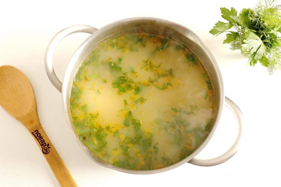 Добавьте любую сезонную зелень, снимите с огня и дайте супу настояться 10-15 минут.