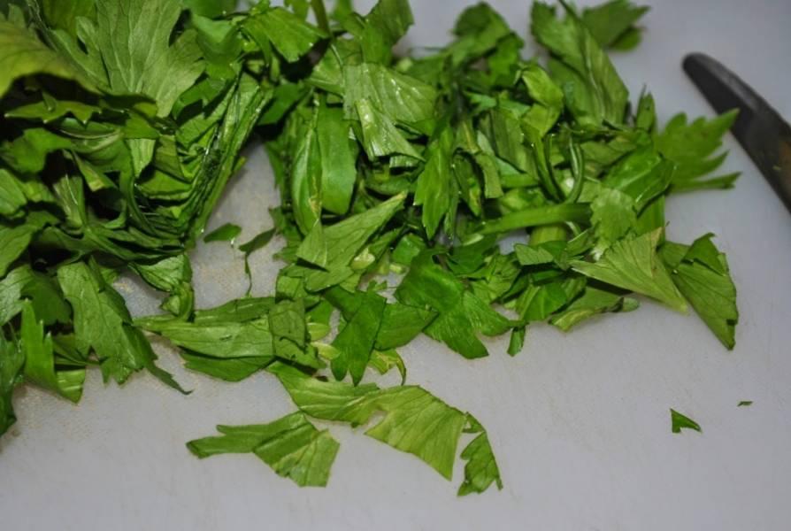 Нарежьте сельдерей с листьями.
