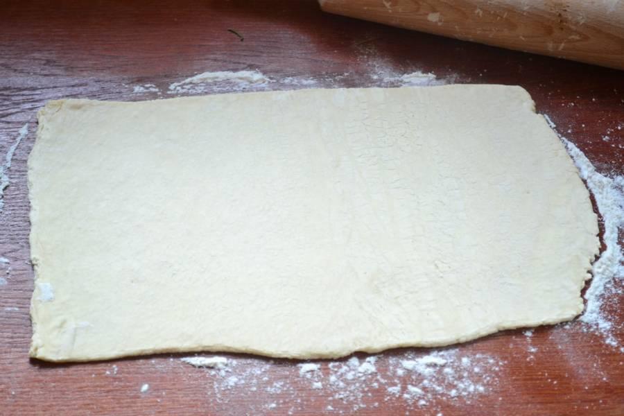 Все тесто разделите пополам. Одну часть раскатайте толщиной примерно в 2-3 мм.