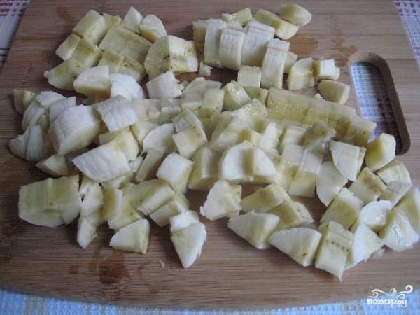 4. Бананы очистите. Можно размять их вилкой в пюре, но я рекомендую нарезать небольшими кубиками, чтобы они ощущались в готовой коврижке.