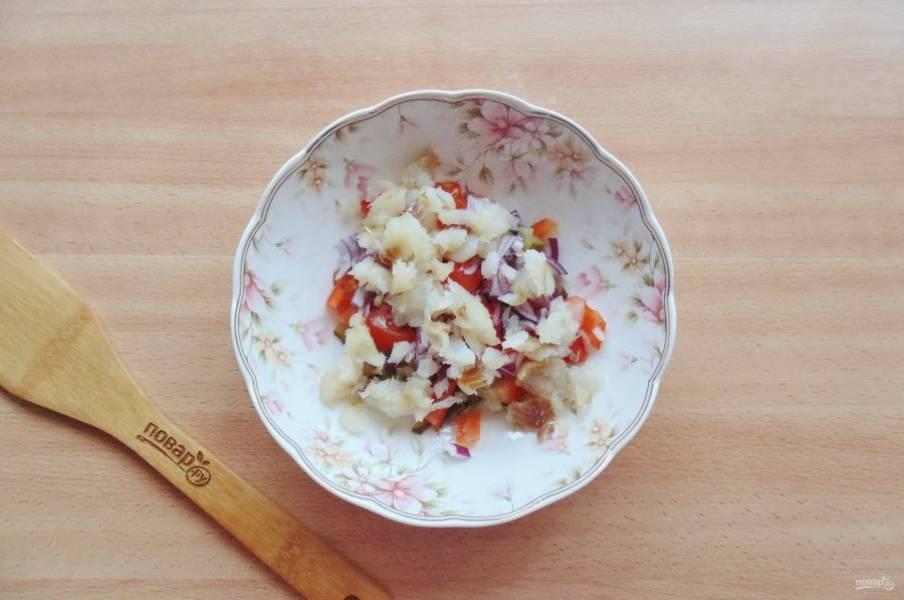 Филе рыбы отварите, охладите, нарежьте и добавьте в салат.