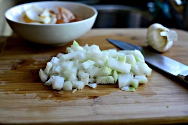 7. Очистить и нарезать небольшими кубиками луковицу.