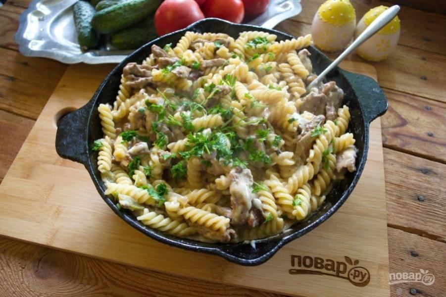 Подайте блюдо к столу. Вкусное, быстрое и оригинальное блюдо готово. Я думаю, у него есть итальянские корни.