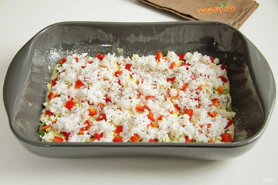 На перец положите равномерно отваренный в подсоленной воде рис и посыпьте его базиликом.