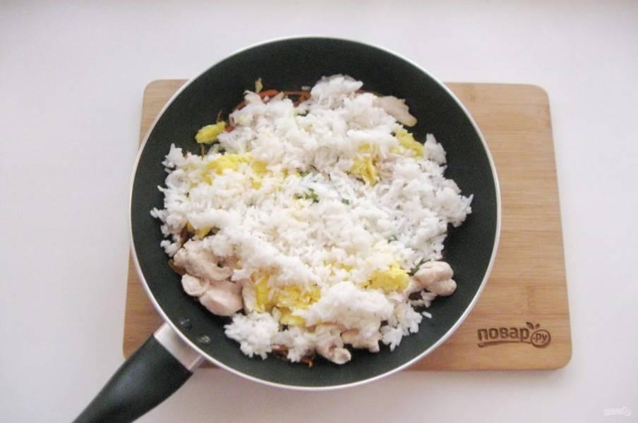 Вареный рис добавьте в сковороду к остальным ингредиентам.