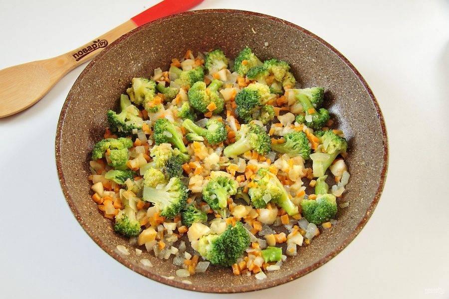 4. Добавьте брокколи, разделанную на соцветия и продолжайте обжаривать еще 3-5 минут.