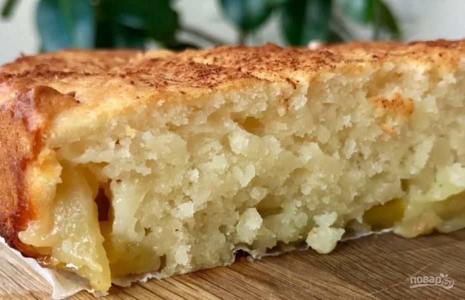 3. Выложите яблоки на дно формы, сверху выложите и разровняйте  тесто. Присыпьте тесто корицей и отправьте будущий пирог в разогретую до 180 градусов духовку на 20-30 минут. Приятного аппетита!