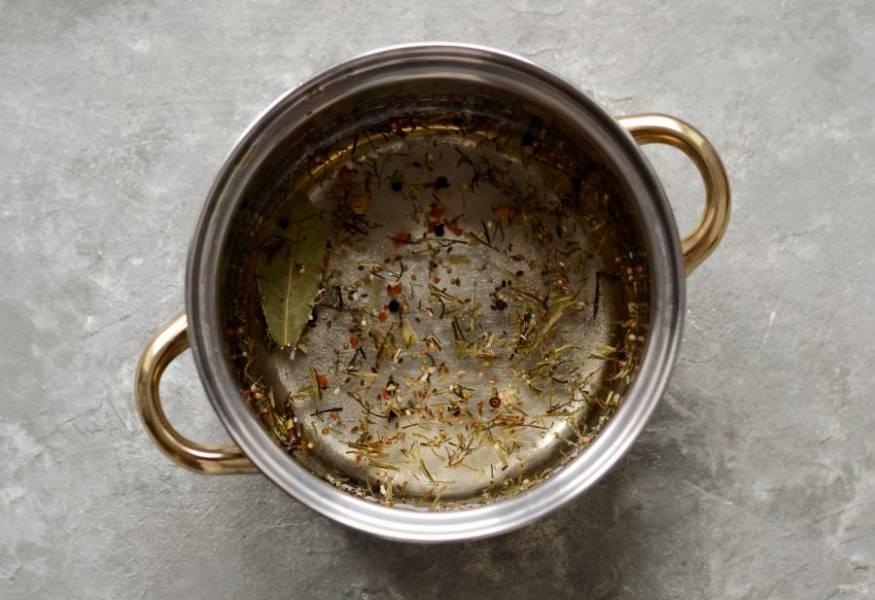 Подготовьте маринад. В воду добавьте сахар, соль и все специи. Доведите до кипения. Добавьте лимонную кислоту и снимите с плиты.