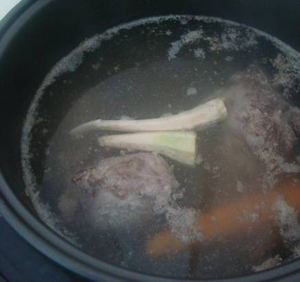 """2. В режиме """"Тушение"""" или """"Суп"""" выставляем таймер на три часа. Через час добавим очищенную морковь, лук и любые овощи по вкусу. Еще через час - соль, перец и специи, чем больше, тем лучше."""
