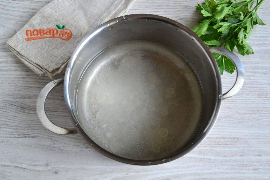 Приготовьте маринад. Для этого в кастрюле смешайте 300 мл. воды, соль, сахар, уксус столовый и растительное масло. Поставьте на огонь.