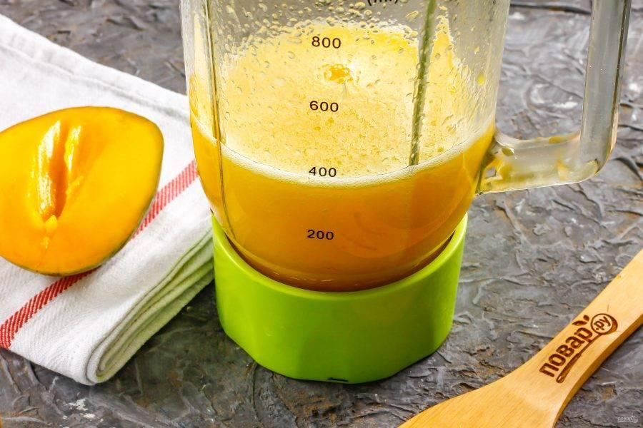 Измельчите все содержимое блендера в течение 2-3 минут на пульсирующем режиме, превращая в однородный напиток.