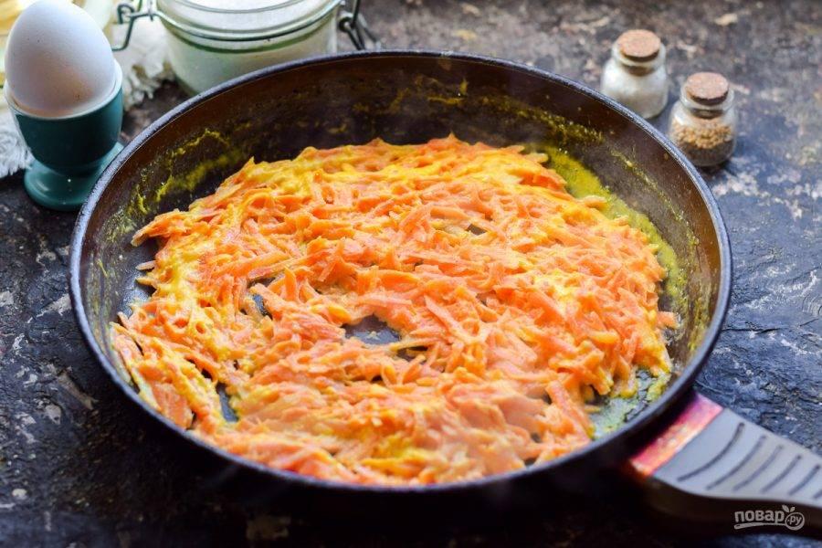 Тушите морковь 12-15 минут на небольшом огне.