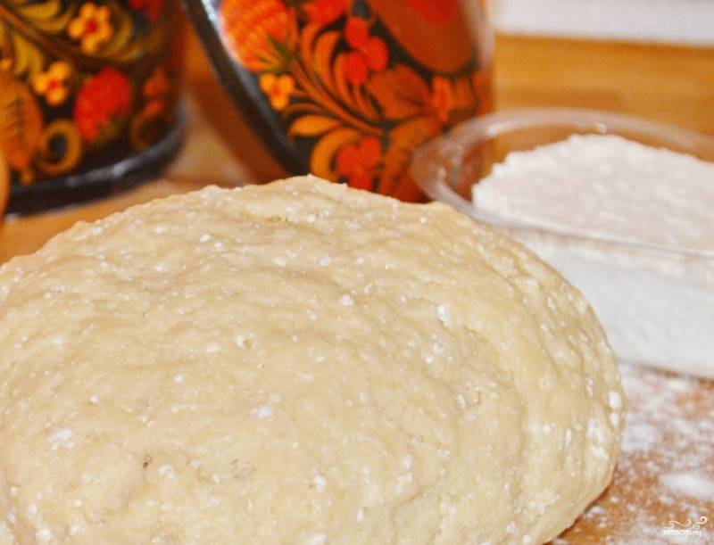 Скатайте тесто в шар и оставьте его в тёплом месте на полчаса. А потом начинайте делать пирожки.
