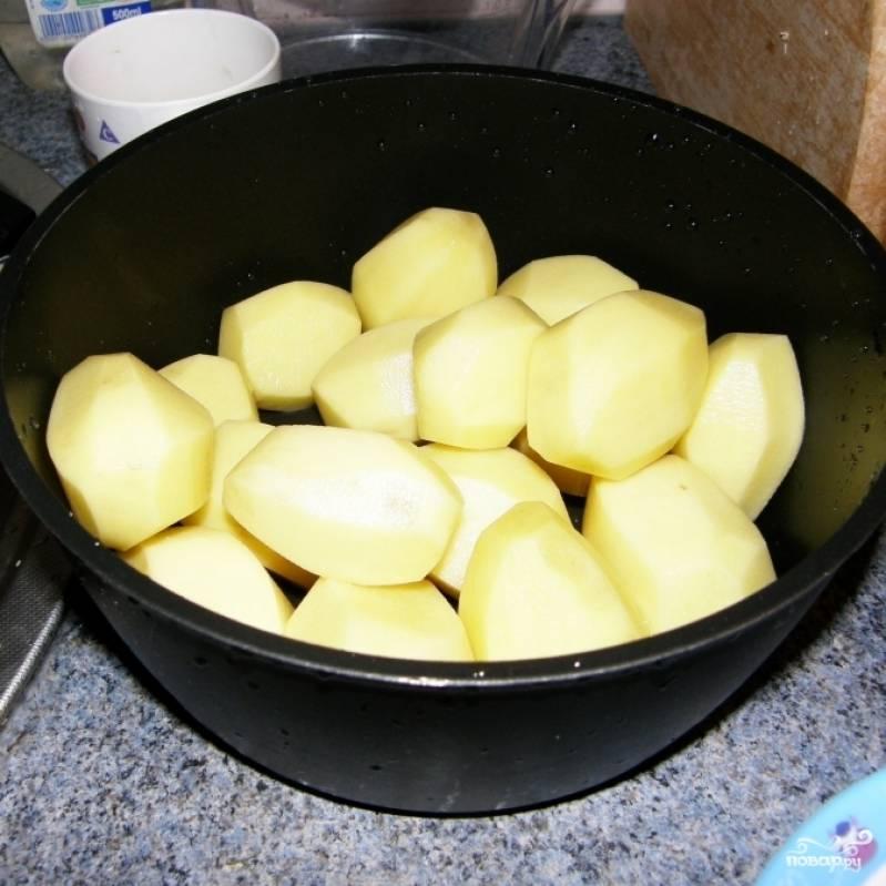 Отвариваем картофель до готовности в подсоленной воде.